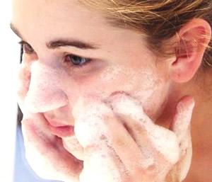 気になる顔のしわ・たるみ!しわ対策・予防に効果的な洗顔方法とは